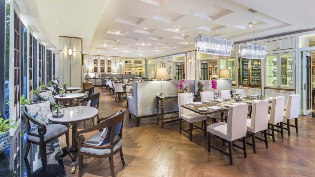 เดอะ เรน ทรี คาเฟ่ @ ดิ แอทธินี โฮเทล แบงค็อก อะ ลักซ์ชูรี คอลเล็คชั่น โฮเทล (The Athenee Hotel, a Luxury Collection Hotel, Bangk